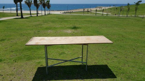 שולחן עץ על חומרים להשכרה באירוע